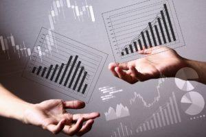 Zwei Hände und im Hintergrund sind diverse Statistiken.