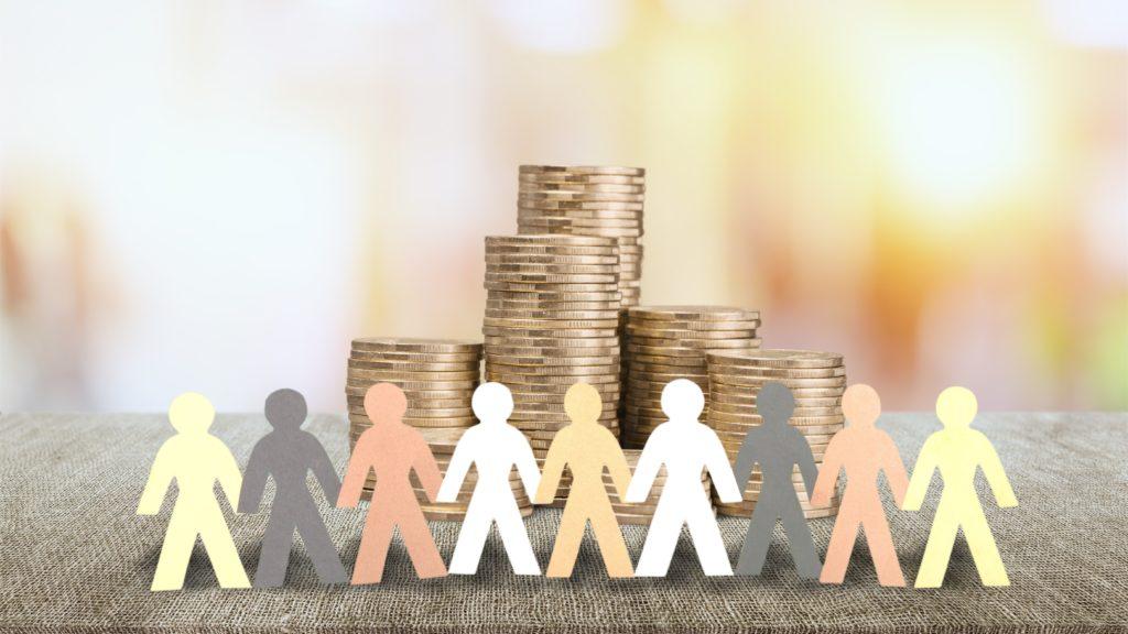 Menschenkette aus Papier stehen vor Geld.
