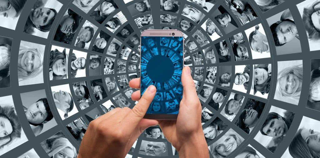 Smartphone mit unterschiedlichen Personen abgebildet.